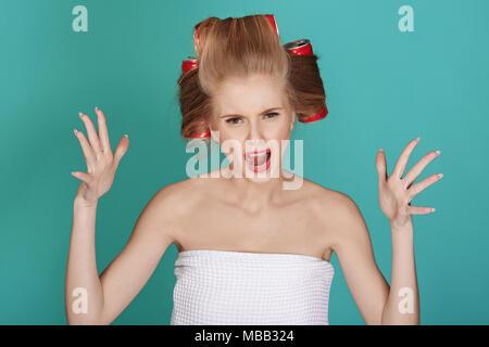 Femme blonde drôle sur fond bleu Banque D'Images