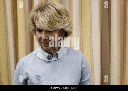 Madrid, Espagne. 10 avr, 2018. L'ancien président régional de Madrid Esperanza Aguirre arrive à comparaître devant la chambre basse du Parlement en comité d'enquête sur les allégations de financement illégal de Parti Populaire (PP), à Madrid, Espagne, 10 avril 2018. Credit: Mariscal/EFE/Alamy Live News
