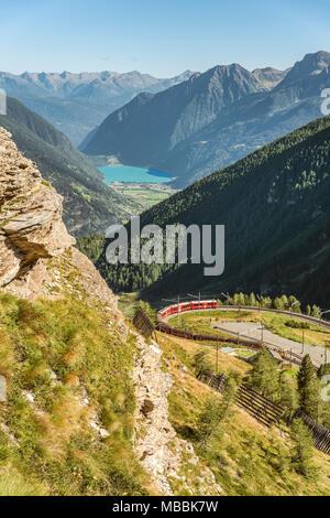 Train de montagne, à l'Alp Gruem avec le Valposchiavo en arrière-plan, l'Engadine, Suisse | Une Bergzug Zugstation der Alp Gruem mit dem Puschlav Tal Banque D'Images