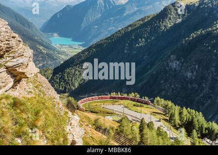 Mountain train à Alp Gruem gare, avec le Valposchiavo en arrière-plan, l'Engadine, Suisse | Une Bergzug Zugstation der Alp Gruem mit dem Banque D'Images