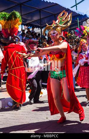 Píllaro, EQUATEUR - 6 février, 2016: pas de gens habillés participant à la ville populaire diabla, célébrations avec des gens habillés comme des diables Banque D'Images