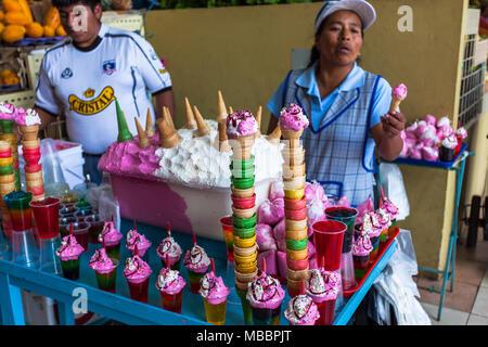 Píllaro, EQUATEUR - 6 février 2016: une femme non identifiée vend des oeufs en mousse sur le marché au cours de la fête des diabladas de Pillaro Banque D'Images