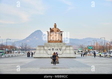 Séoul, Corée - 9 décembre 2015: statue du Roi Sejong Gwanghwamun au Plaza. La place est un espace public sur Sejongno et il est important qu'historique Banque D'Images