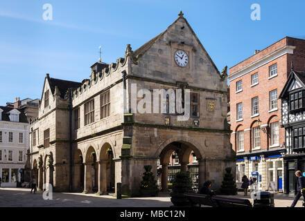 Scène de rue par le 16e siècle Old Market Hall (1596) sur la place, Shrewsbury, Shropshire, West Midlands, England, UK, Grande-Bretagne Banque D'Images