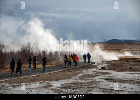 Les touristes au champ géothermique de Haukadalur, la vapeur chaude springs, cercle d'Or, le sud de l'Islande, Islande Banque D'Images