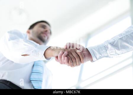 Businessman shaking hands pour sceller un accord avec son partenaire Banque D'Images