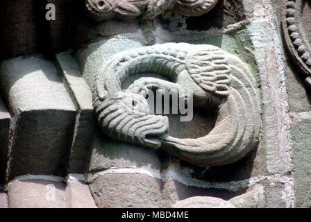 Dragons - serpent Ouroboros - l'Ouroboros, serpent ou dragon - un symbole de l'époque médiévale (de dévorer même lui-même). Sur le portail sud de l'église Kilpeck. Douzième siècle. © / Charles Walker Banque D'Images