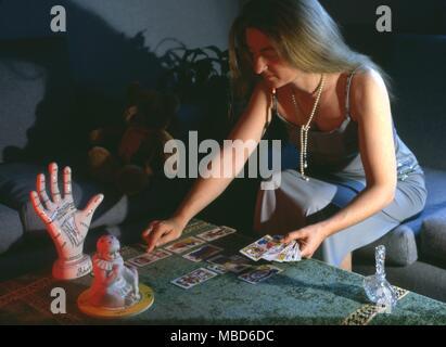 Jeune femme lisant le Tarot, énoncées dans le modèle formel, Croix Celtique en utilisant une version de la plate-forme de Marseille . Banque D'Images