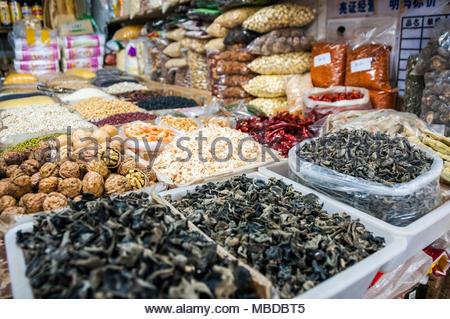 Les marchandises, y compris l'oreille-champignons et noix en vente sur un marché à Shanghai. Banque D'Images