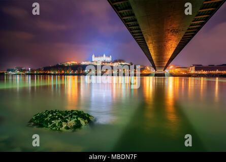 Le château de Bratislava, le Parlement et la rivière Danune dans capitale de la Slovaquie, Bratislava. Belle nuit de réflexion au cours de l'hiver. Banque D'Images