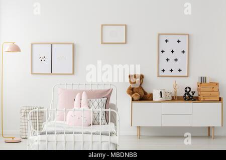 02fcbdc3bc752f Ours en peluche sur l armoire contre le mur blanc avec des affiches dans  Second