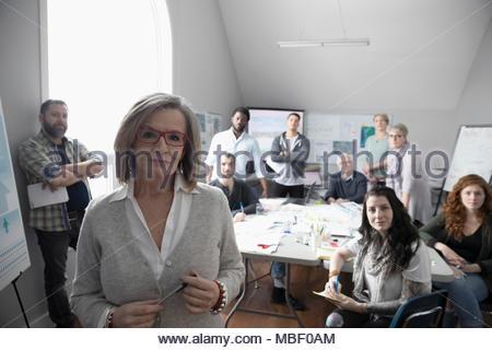 Portrait confiant urbaniste de la ville et bénévoles travaillant dans office Banque D'Images