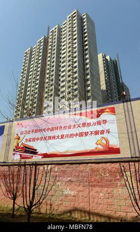 Un nouveau bloc d'appartements est presque terminée dans la zone ouest de Ningde Shanshui Hotel Beijing, Chine, avec des affiches encourageant les citoyens à contribuer à la croissance de la Chine