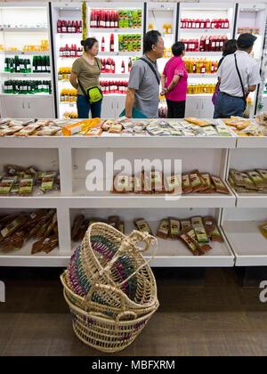 Vue verticale de touristes japonais shopping dans une boutique ayurvédique au Sri Lanka. Banque D'Images