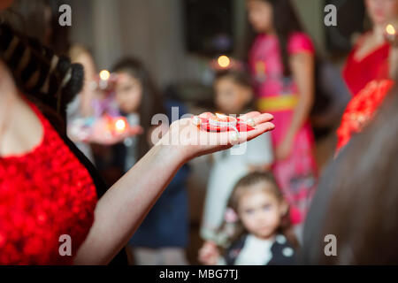 Se tenant la main sur bougie de henné . Elle tient la bougie dans sa main Henna party Banque D'Images