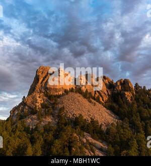 Les visages de Washington, Jefferson, Roosevelt et Lincoln au lever du soleil sur le Mont Rushmore dans le Dakota du Sud. Banque D'Images