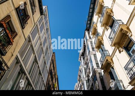 Low angle view de bâtiments d'habitation dans le centre-ville de Madrid Banque D'Images