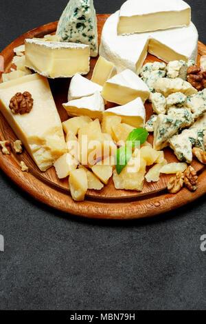 Assiette de fromage avec un assortiment de fromages camembert, Brie, parmesan, chèvre au fromage bleu