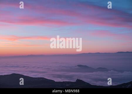 Lavande et violet ciel coucher tranquille sur une montagne spectaculaire de silhouettes. Banque D'Images