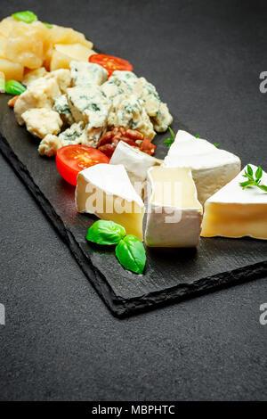 Assiette de fromage avec un assortiment de fromages camembert, Brie, Parmesan fromage bleu