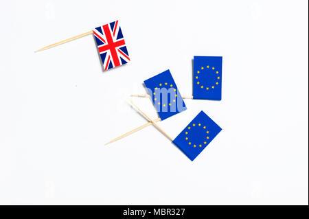 L'un Union Jack flag et trois drapeaux de l'Union européenne sur un fond blanc Banque D'Images