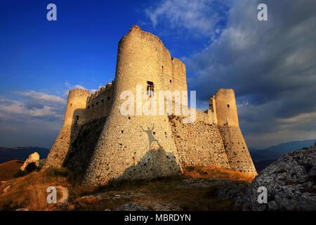 """Rocca Calascio , ancienne forteresse dans la région Abruzzes en Italie. C'est ici que le film 'LadyHawk"""" a été tourné. Le district de l'Aquila, Italie Banque D'Images"""