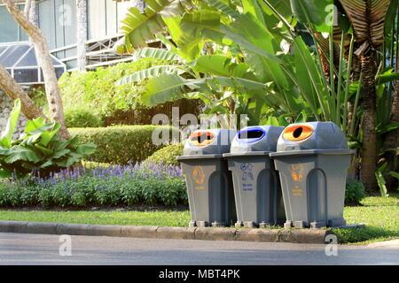 Bin, Corbeille, poubelle en plastique clair corbeille à côté de marche public jardin Banque D'Images