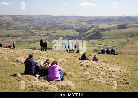 Les familles bénéficiant vue sur la vallée de l'espoir et Castleton de sommet de Mam Tor, Castleton, parc national de Peak District, Derbyshire, Angleterre Banque D'Images
