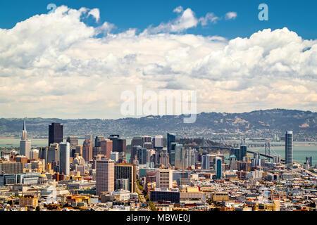 Vue aérienne de l'horizon de San Francisco, comme vu de Twin Peaks park. Banque D'Images