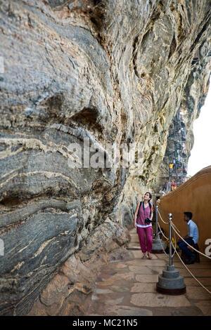 Vue verticale d'une marche le long de la mur miroir à Sigiriya ou Lions Rock au Sri Lanka. Banque D'Images