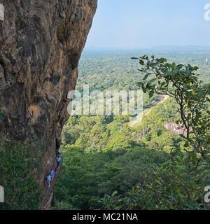 Vue sur place de touristes monter les escalier raide à Sigiriya ou Lions Rock au Sri Lanka. Banque D'Images