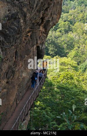 Vue verticale de touristes monter les escalier raide à Sigiriya ou Lions Rock au Sri Lanka. Banque D'Images