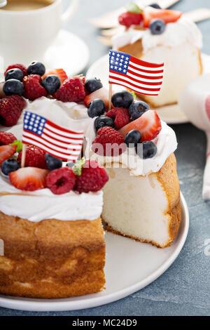 Angel food cake avec de la crème et les baies Banque D'Images