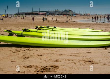 Des planches de surf sur une plage. alignés dans le sable Banque D'Images