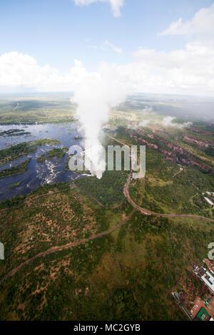"""Les Chutes Victoria (Mosi-oa-Tunya) à la frontière du Zimbabwe et de la Zambie. La cascade sur le Zambèze est connu sous le nom de """"la fumée qui tonne"""" . Banque D'Images"""