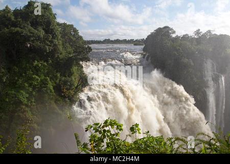 Le Devil's Cataract à Victoria Falls (Mosi-oa-Tunya) à la frontière du Zimbabwe et de la Zambie. Banque D'Images