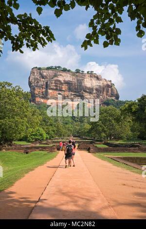 Vue verticale de touristes début le marcher jusqu'à Sigiriya ou Lions Rock au Sri Lanka. Banque D'Images