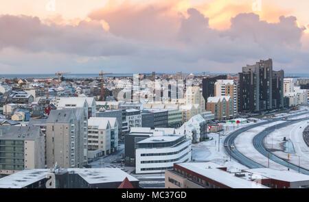 Rues de la région de Reykjavik, capitale de l'Islande. Bâtiments modernes et colorées sous la mer ciel nuageux, vue aérienne Banque D'Images