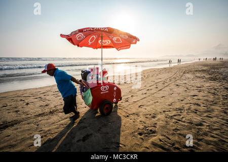 L'homme de vendre des glaces à l'Acapulco Diamante Beach, Mexique Banque D'Images