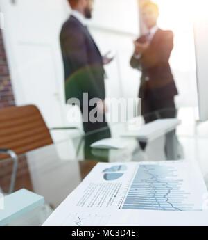 Graphique financier sur le bureau dans le bureau Banque D'Images