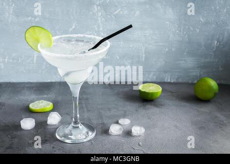 Marguerite Сocktail avec de la chaux et de la glace sur le tableau gris, copiez l'espace. Cocktail Margarita classique.