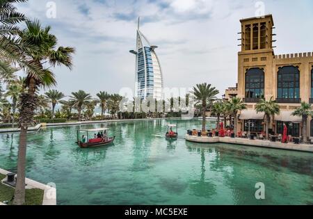 Abra bateaux dans les canaux du Souk Madinat Jumeirah à Dubaï, Émirats arabes unis, au Moyen-Orient. Banque D'Images