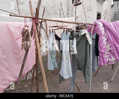 Articulations de la viande aux côtés de la literie et les vêtements suspendus etendoir en bois en plein air, Zhuge village, Zhejiang, Chine Banque D'Images