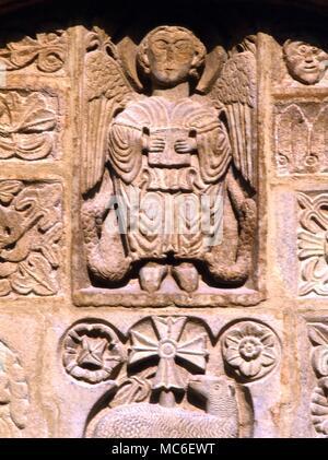 ANGELS - Saint Michel, l'archange, et gouverneur de feu, sur la façade de l'église de St Michel, coiffure, Provence, France Banque D'Images
