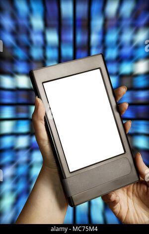 Mains tenant un e-Book Reader avec écran vide Banque D'Images