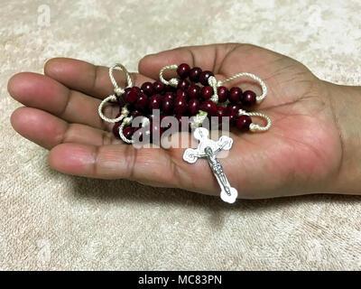 Rosaire en main .temps de prière Banque D'Images