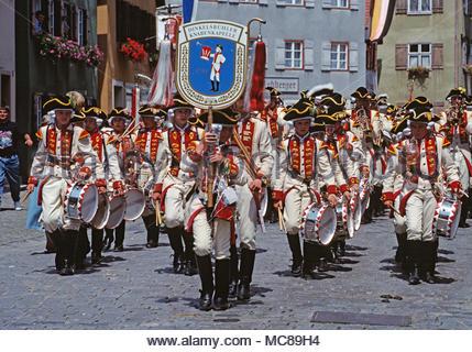 L'Allemagne. Dinkelsbühl. Kinderzeche Dinkelsbühl - festival historique. Adolescents Marching Band en costume d'époque. Banque D'Images