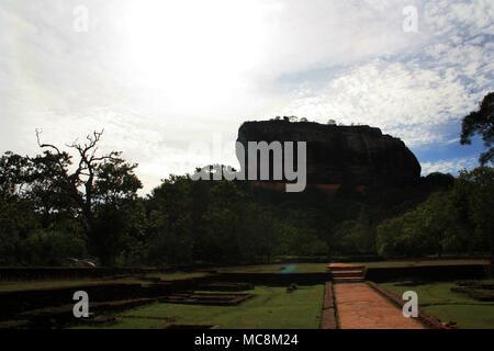 Entrée principale du Rocher du lion à Sigiriya, une ancienne forteresse de roche dans la province centrale du Sri Lanka. Banque D'Images