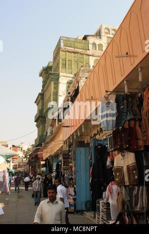 Les étals du marché et les magasins sous la Maison Corail vert Noorwali dans Al-Balad, le quartier historique de Jeddah, Arabie Saoudite
