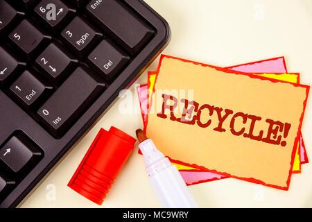 L'écriture de texte Word Motivation Recyclage Appel. Concept d'affaires pour Convderting les déchets en matériaux réutilisables written Sticky Note papier fond uni Banque D'Images